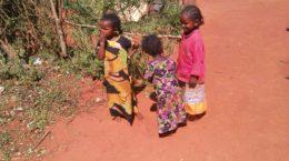 Kinder in einem Dorf