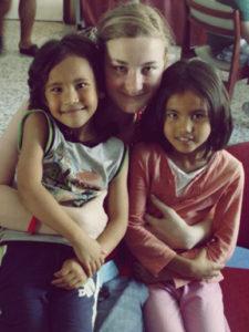 Jessica mit zwei Geschwistern-Griechenland