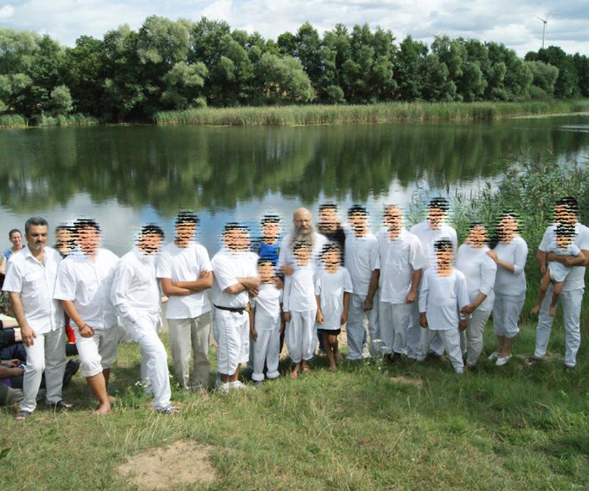 Frank Seidler und Arash mit einer Gruppe Täuflinge
