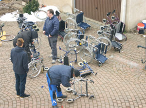 Rollstühle und Rollatoren werden für den Hilfstransport demontiert
