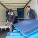 Matratzen werden verladen