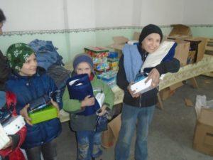 freudige Kinder mit Decken