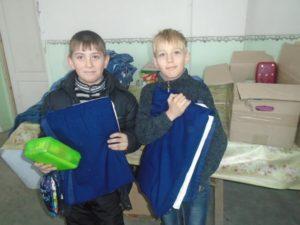 Kinder in der Ukraine mit Decken