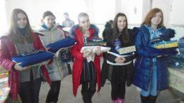 Jugendliche aus der Ukraine mit Decken