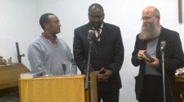 Der Missionar Mohammed Amin zusammen mit dem Übersetzer und dem Leiter der Missionsgemeinschaft.