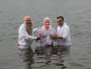 Frank und Arash mit einem der Täuflinge beim taufen