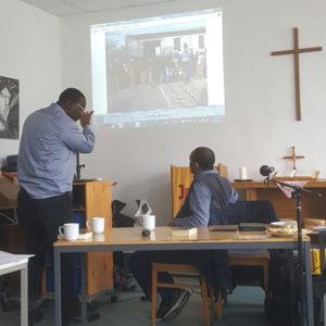 Mohammed Amin erklärt die Powerpont-Präsentation