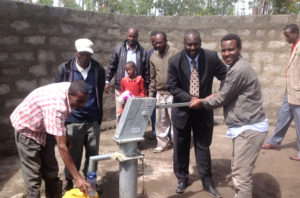 Mohammed Amin an einem Brunnen