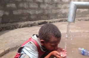 Kind das Wasser trinkt