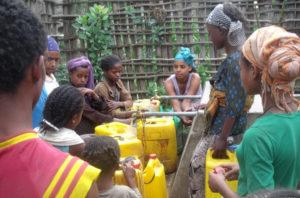 Menschen die Wasser in Kanister füllen.