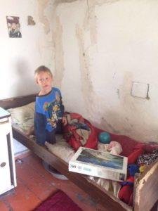 Junge auf seinem Bett