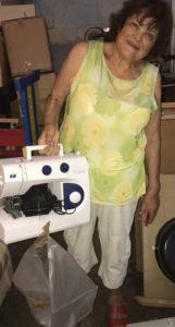Frau mit Nähmaschine