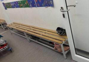 Garderobe mit Bank-Schulmöbel Ukraine russisch