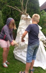 Kinder beim Hütte bauen 3-Kinderfreizeit