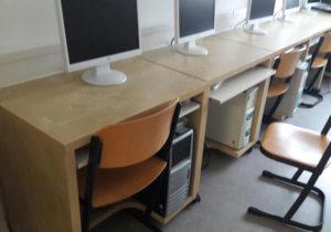 Schreibtische mit Monitore- Schulmöbel Ukraine russisch