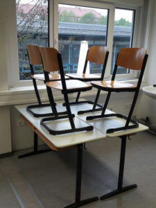 Schultisch mit Stühlen Schulmöbel Ukraine russisch