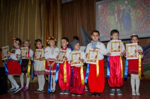 Kinder mit ihren Urkunden - Kosaken