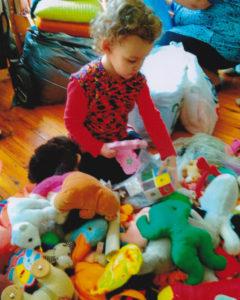 Osthilfe, Kind mit Spielsachen 1