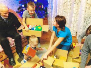 Osthilfe, Kinder packen aus