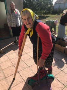 Frau mit Krücken, real